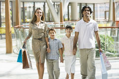 Familie die in wandelgalerij winkelt Stock Fotografie