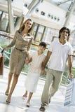 Familie die in wandelgalerij winkelt Royalty-vrije Stock Afbeelding