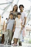 Familie die in wandelgalerij winkelt Royalty-vrije Stock Fotografie