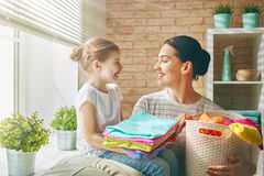 Familie die wasserij thuis doen royalty-vrije stock afbeeldingen