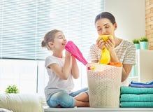 Familie die wasserij thuis doen stock fotografie