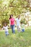 Familie, die Weg im Park genießt Stockfoto