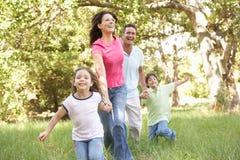 Familie, die Weg im Park genießt Lizenzfreies Stockfoto