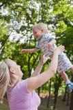Familie, die Weg im Park genießt Lizenzfreies Stockbild