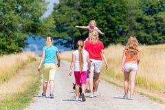 Familie, die Weg im Sommer hat Stockfoto