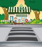 Familie die weg kruist dichtbij koffiewinkel Royalty-vrije Stock Fotografie