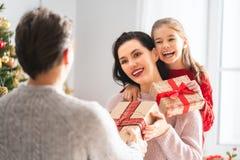 Familie, die Weihnachten feiert stockfoto