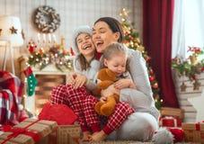 Familie, die Weihnachten feiert lizenzfreies stockfoto