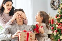 Familie, die Weihnachten feiert lizenzfreie stockfotografie