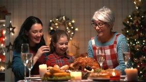 Familie, die Weihnachten feiert stock footage