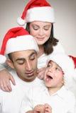 Familie, die Weihnachten genießt stockfotos