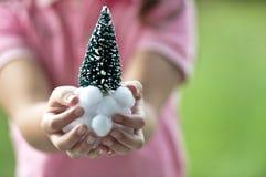 Familie, die Weihnachtsbaum verziert Stockfoto