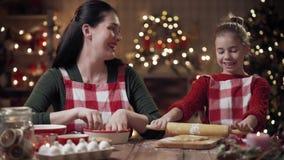 Familie, die Weihnachtsplätzchen kocht stock footage