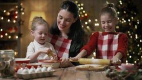 Familie, die Weihnachtsplätzchen kocht stock video footage