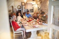 Familie, die Weihnachtszeit und Weihnachtstraditionelles Abendessen genießen feiert stockfotografie