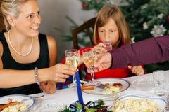 Familie, die Weihnachtszu Abend isst Lizenzfreie Stockfotos