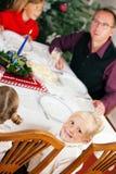 Familie, die Weihnachtszu Abend isst lizenzfreie stockfotografie