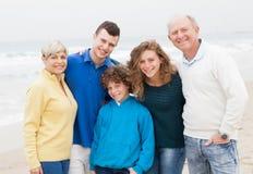 Familie, die Wochenende am Strand genießt Stockbild