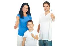 Familie, die Zahnbürsten gibt Stockbilder