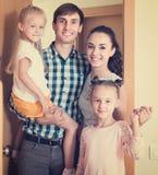 Familie die zich bij deuropening bevinden Stock Afbeeldingen