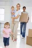 Familie die zich binnen beweegt Stock Fotografie