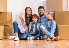 Familie die zich naar huis beweegt Stock Afbeeldingen