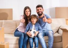 Familie die zich naar huis beweegt stock fotografie