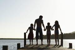 Familie die zich op Rand van Pier bevinden royalty-vrije stock foto