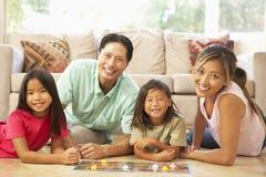 Familie, die zu Hause Brettspiel spielt Lizenzfreie Stockfotos