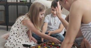 Familie, die zu Hause foosball Spiel genießt stock video