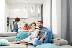 Familie, die zu Hause glättet stockfotografie