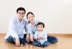 Familie, die zu Hause lächelt stockfotografie