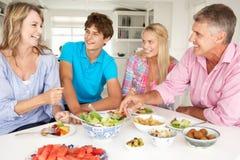 Familie, die zu Hause Mahlzeit genießt lizenzfreie stockfotografie