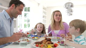 Familie, die zu Hause Mahlzeit zusammen isst stock video