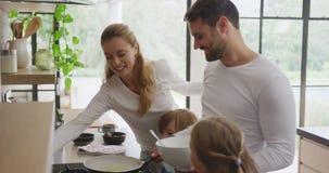 Familie, die zu Hause Nahrung in der Küche 4k zubereitet stock video footage