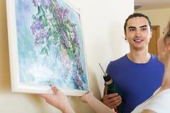 Familie, die zu Hause Platz für Bild wählt Stockbilder
