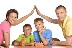 Familie, die zu Hause spielt Lizenzfreies Stockbild