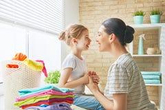 Familie, die zu Hause Wäscherei tut Lizenzfreie Stockbilder