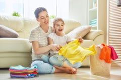 Familie, die zu Hause Wäscherei tut stockbild