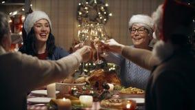 Familie, die zu Hause Weihnachten, Abendessen feiert stock footage
