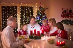 Familie, die zu Hause Weihnachtsessen genießt Stockbilder