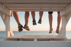 Familie, die zusammen bei Sonnenuntergang hängt Stockfotos