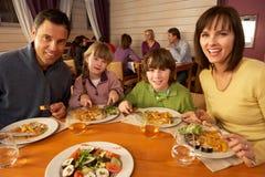 Familie, die zusammen das Mittagessen in der Gaststätte isst stockfoto