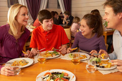 Familie, die zusammen das Mittagessen in der Gaststätte isst Stockbilder