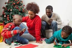 Familie, die zusammen den Brief zu Sankt schreibt Stockbilder