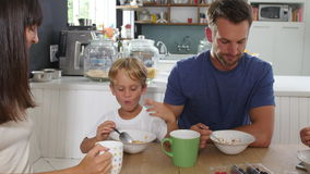 Familie, die zusammen Frühstück in der Küche isst stock video footage