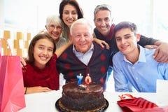 Familie, die zusammen 70. Geburtstag feiert Stockbild