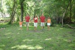 Familie, die zusammen geht stockfotografie