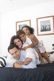 Familie, die zusammen genießt Stockbild