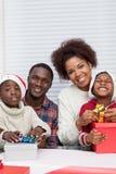 Familie, die zusammen Geschenk zusammenbaut Lizenzfreie Stockfotografie